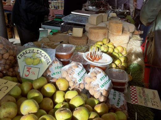 Manzanas de Errezil, nueces, queso y membrillo en el mercado de Tolosa